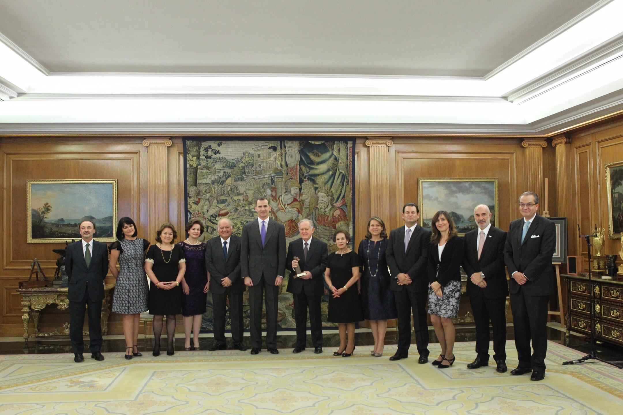 S.M. el Rey entrega el II Premio Enrique V. Iglesias a Luis Carlos Sarmiento Angulo