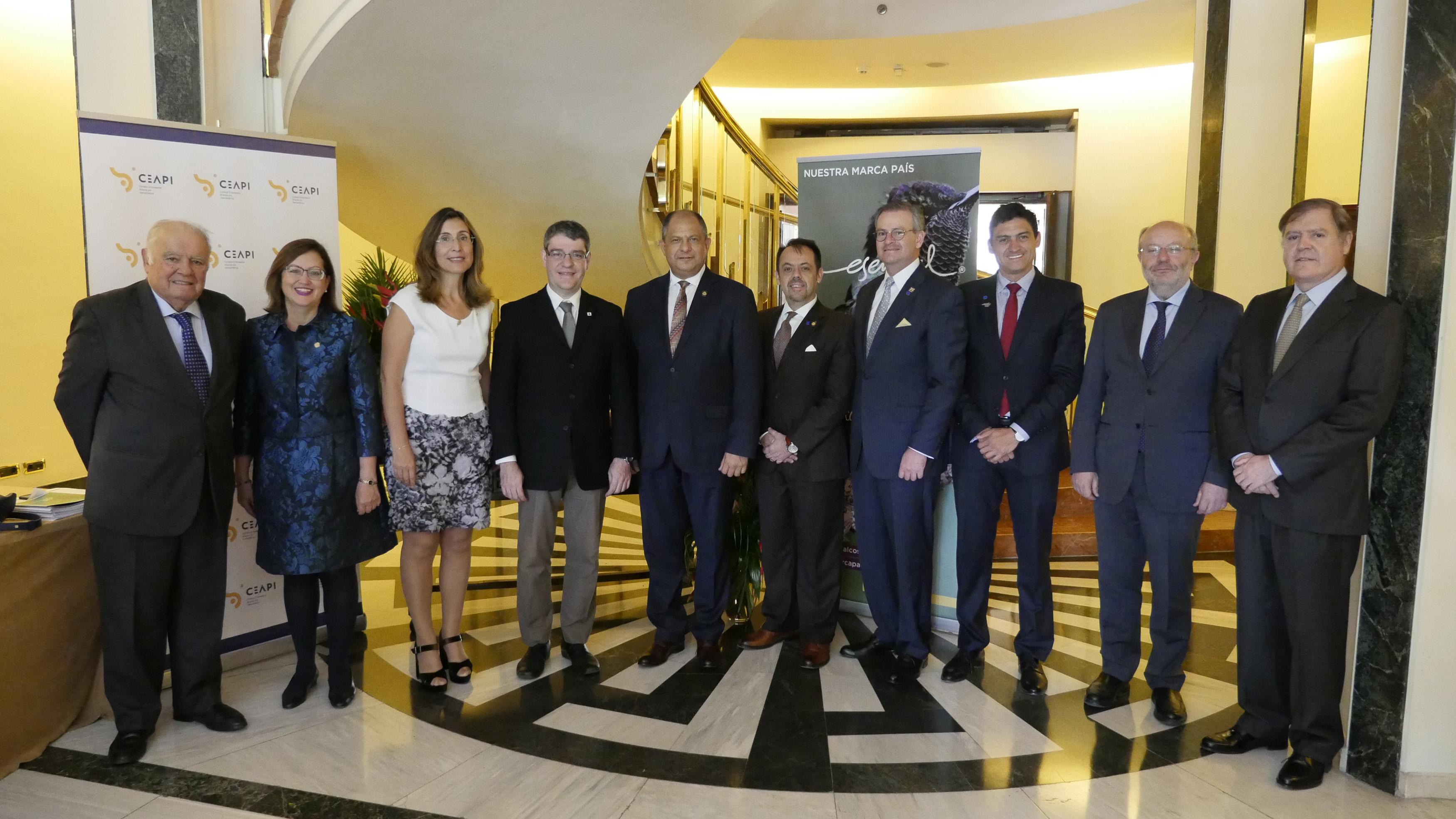 El presidente de Costa Rica, Luis Guillermo Solís, acompaña a los socios de CEAPI en un almuerzo empresarial