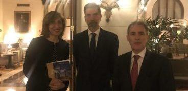 Núria Vilanova, Diego de la Torre y el embajador Ernesto de Zulueta presentan el Congreso CEAPI en Perú